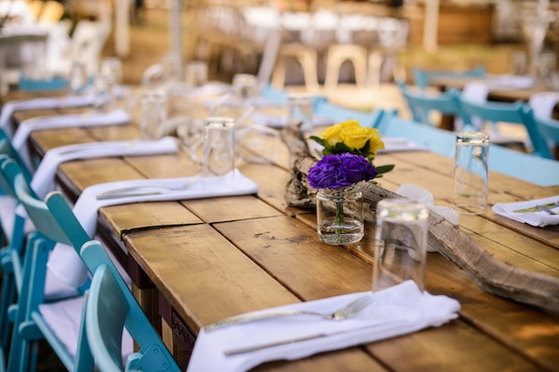 素朴な結婚式の装飾、花と結婚式のテーブルセッティング