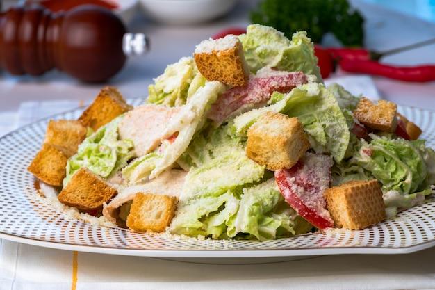 Салат из свежих овощей с крекерами на столе