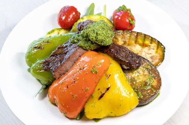 Овощи гриль на белой тарелке