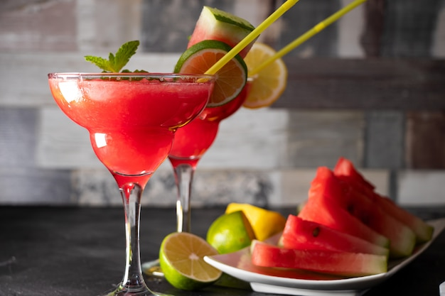 Арбузный коктейль с мятой, льдом и лаймом