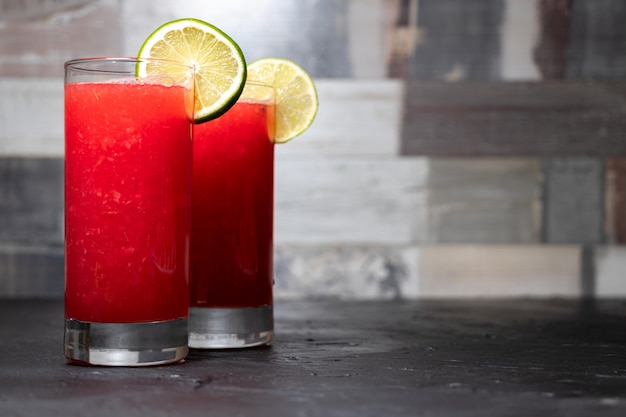 Два арбузных коктейля с дольками лимона и лайма