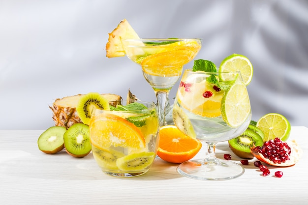Три коктейля с фруктами