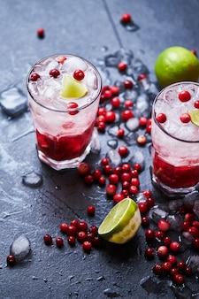 Алкогольный коктейль с водкой, клюквенным соком и льдом.