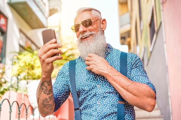 Модный старший мужчина с помощью смартфона приложение в центре города на открытом воздухе - зрелые модные мужчины, с удовольствием с новыми технологиями тенденций