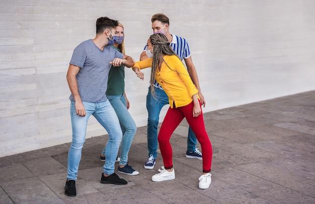 若い人たちの友達がひじをぶつける