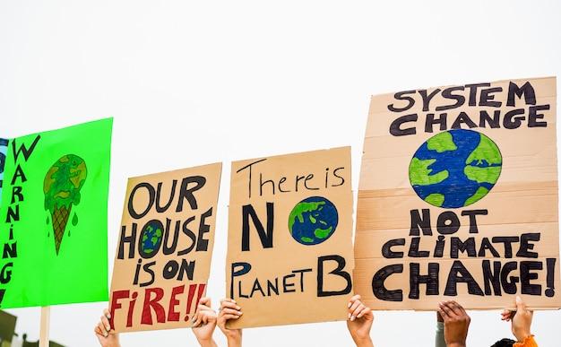 道路上のデモ隊のグループ、若者は気候変動のために戦う。地球温暖化と環境の概念