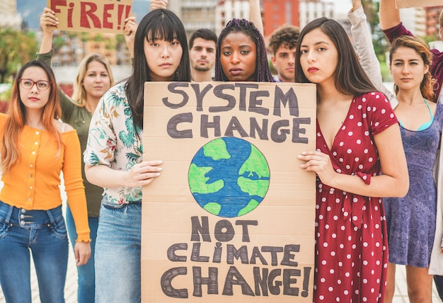 道路上のデモ参加者、さまざまな文化の若者、気候変動のための人種の戦い。地球温暖化と環境の概念