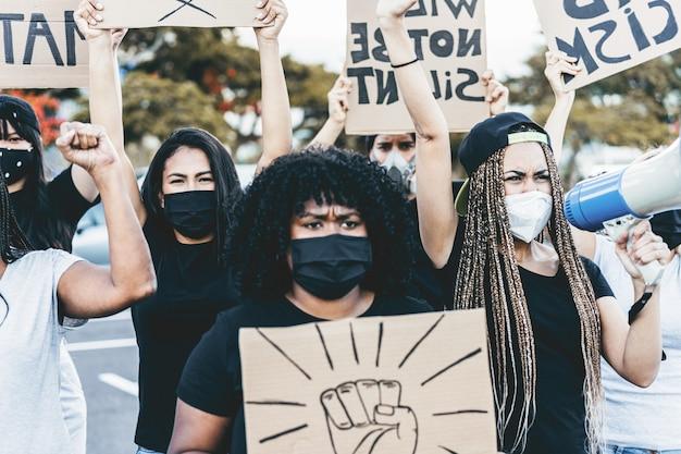 Люди разных культур и рас протестуют на улице за равные права