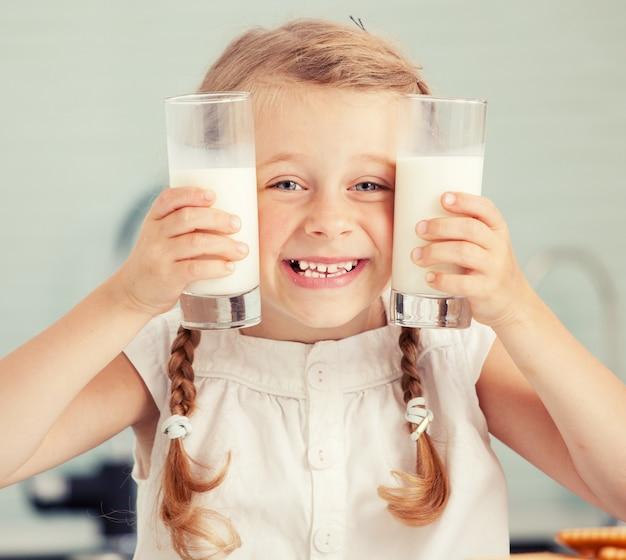 家で牛乳を飲む子供