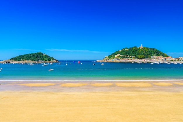 スペイン、サンセバスチャンドノスティアに誰もいないラコンチャビーチ。晴れた日に最高のヨーロッパのビーチ。