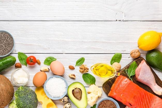 ケト、ケトン生成ダイエットのコンセプト、低炭水化物、高脂肪、健康食品。上面図