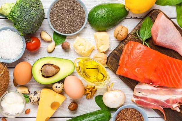 ケトダイエットコンセプト。ケトジェニックダイエット食品。バランスの取れた低炭水化物食品。野菜、魚、肉、チーズ、ナッツ、種子