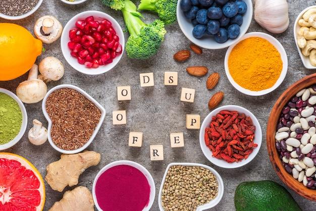 健康食品のきれいな食事の選択:果物、野菜、種子、スーパーフード、ナッツ、ベリー。上面図