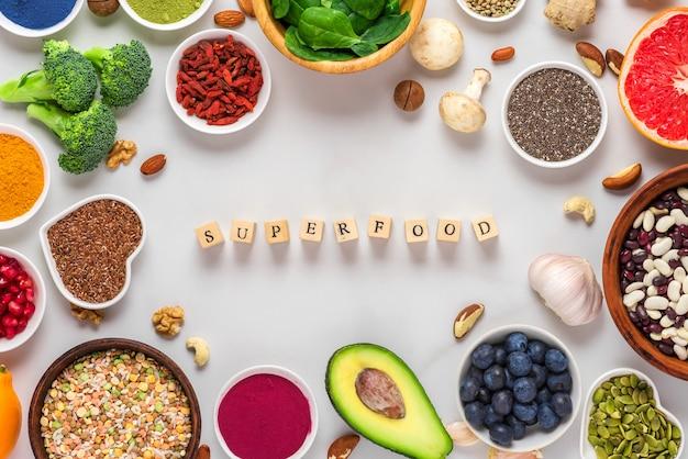 スーパーフードのきれいな食事選択のフレーム:果物、野菜、種子、スーパーフード、ナッツ、ベリー