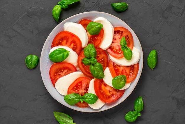 プレートにイタリアのカプレーゼサラダのプレート。健康食品。上面図