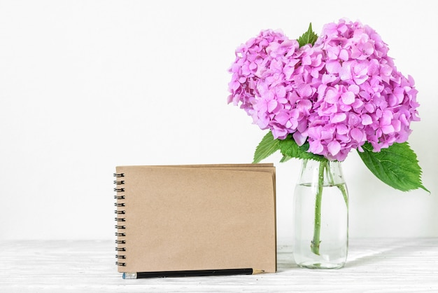 Свадьба ремесло бумажная карточка с букетом розовых цветов гортензии в вазе.