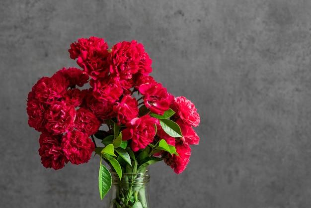 赤いバラの花の美しい花束。