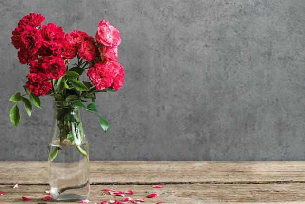Натюрморт с красивым букетом красных роз цветов.