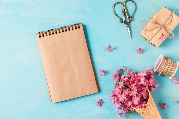 春の花ピンクの桜や桜の花とアイスクリームコーンと空白のグリーティングカード