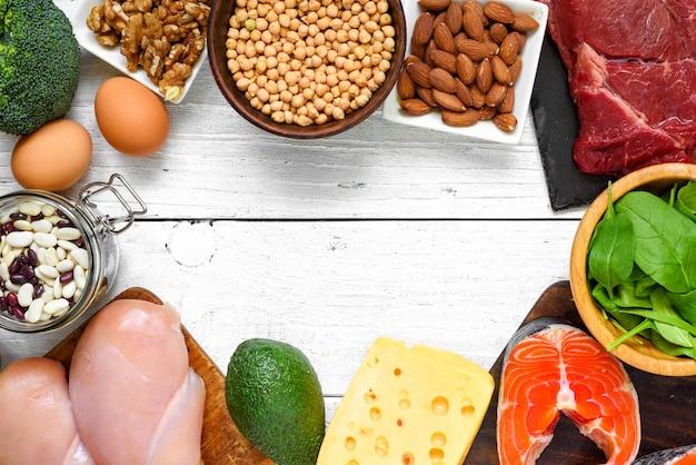 高タンパク質食品-魚、肉、鶏肉、ナッツ、卵、野菜。健康的な食事とダイエットのコンセプト