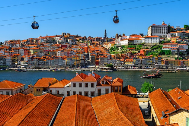 Порту, португалия, старый город с оранжевыми крышами на реке дору