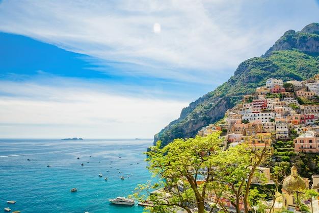Прекрасный вид на город позитано на побережье амальфи, кампания, италия