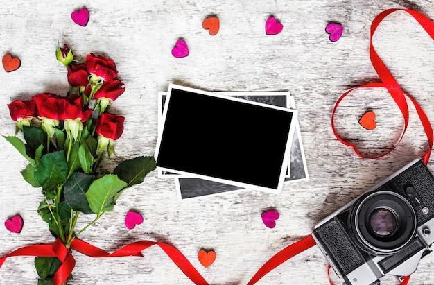 ビンテージレトロなカメラ、空白のフォトフレーム、赤いバラ