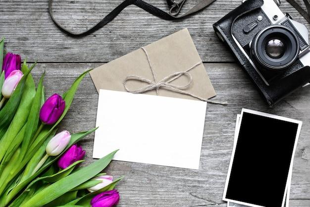 Пустая открытка и конверт с ретро камерой, пустые фотографии