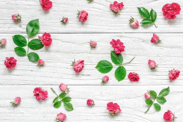 Композиция цветов из розовых роз с зелеными листьями