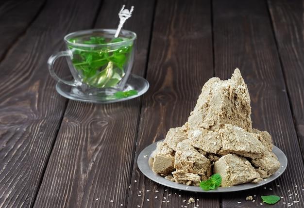 Тарелка с халвой подсолнечника, украшенной листьями мяты
