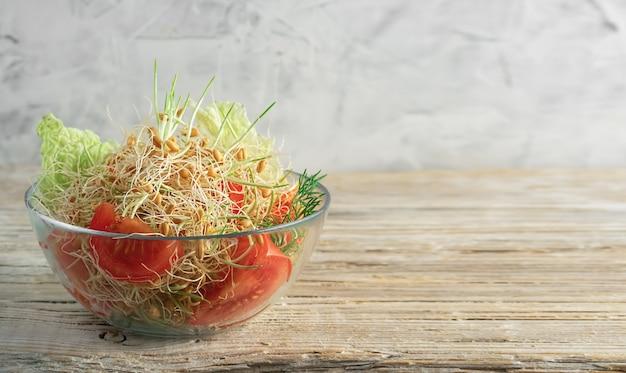 Салат с проросшими семенами пшеницы, помидорами и петрушкой