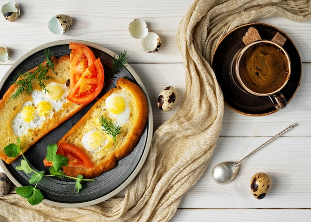 朝食と昼食のトースト、野菜とウズラの卵炒め、白い木製のテーブル