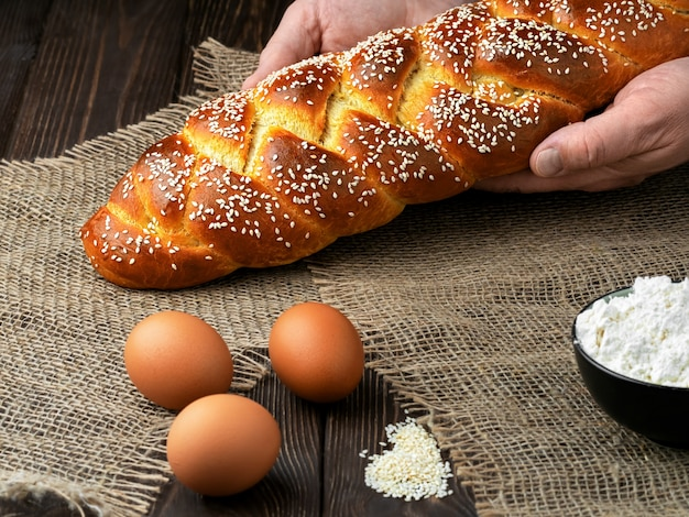 Бейкер кладет на стол пасхальный плетеный хлеб