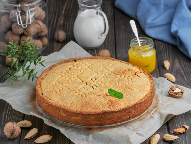 Домашний швейцарский ореховый пирог с миндалем и грецкими орехами