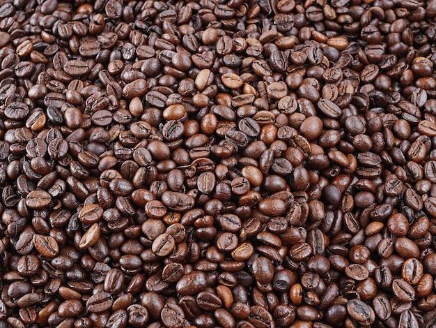 Жареные кофейные зерна. свежий ароматный темный кофе.