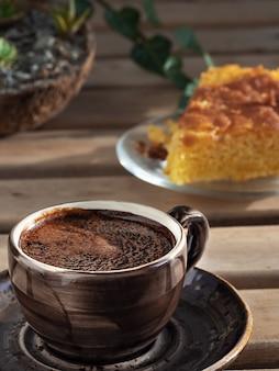 エスプレッソと自家製レモンパイの茶色のカップ。閉じる。
