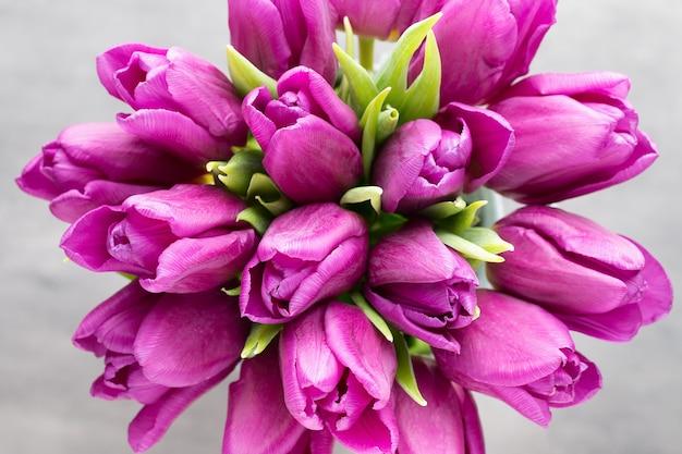 紫のチューリップの花束