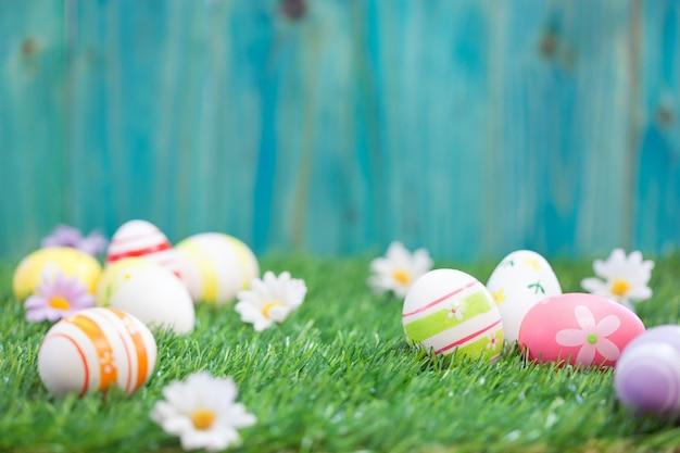 Пасхальные яйца на зеленой траве