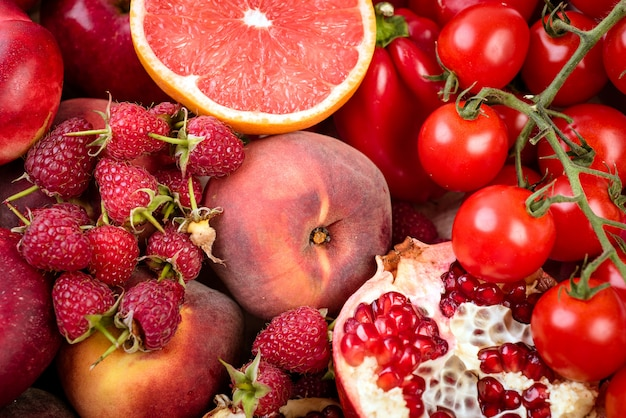 新鮮な赤い野菜や果物のトレイ健康的な食事のベジタリアンコンセプト。