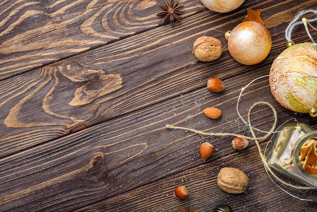 Новогодние шары декора на старом фоне дерева