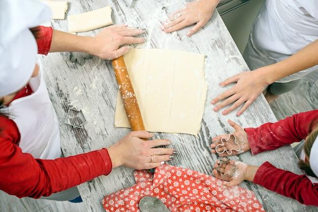 Семья готовит рождественские печенья