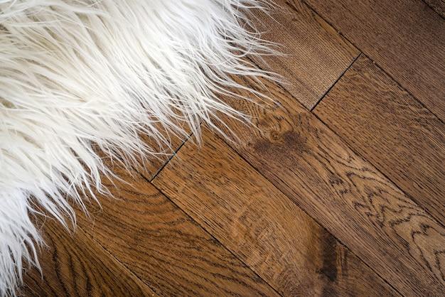 木製の床に装飾的な毛皮のカーペット