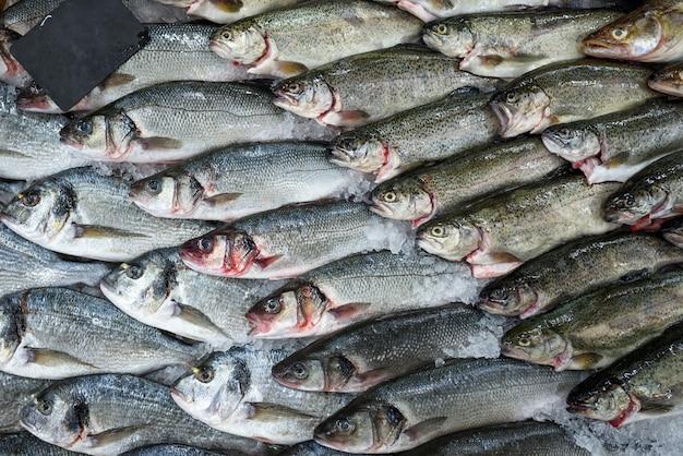 スーパーマーケット、トップビューでショーケースに氷で新鮮な魚