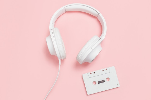 白いカセットテープとヘッドフォン