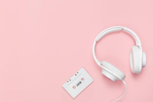 Белая кассета и наушники