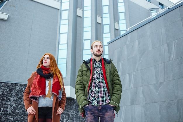 Стильная пара в зимнем городе