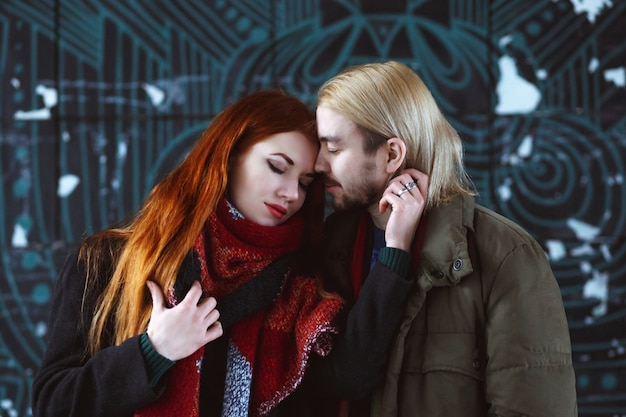 冬の街でスタイリッシュなカップル