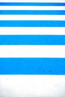 Фон и текстура с синим полом и белой линией беговой дорожки, копией пространства