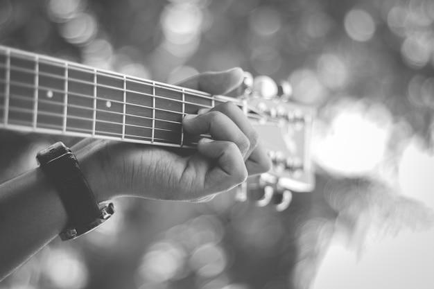 アコースティックギターを手にストックフォト