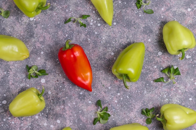 マイクログリーンコーンサラダと緑と赤ピーマン